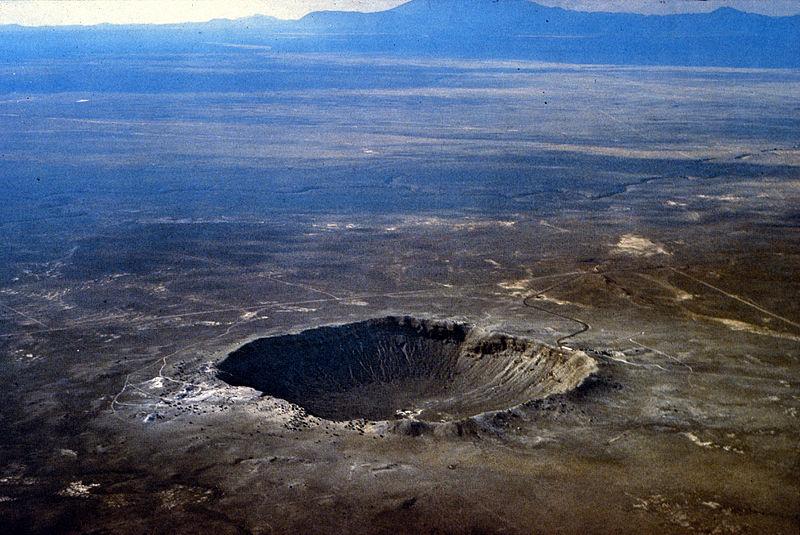 Arizona, Flagstaff'teki Barringer Göktaşı Krateri, astronomik nesnelerin Dünya üzerindeki etkisi hakkında kanıtlar sunmaktadır.