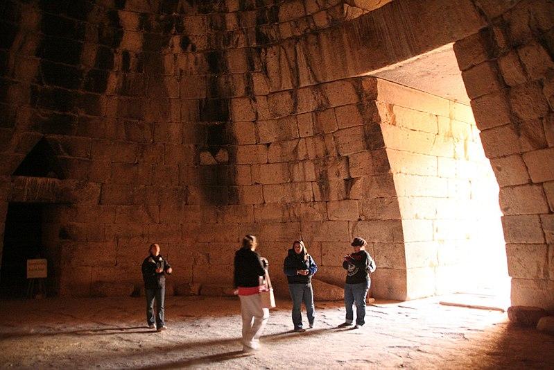 MÖ 13. yüzyıla tarihlenen Atreus Hazine Binası'nın içi