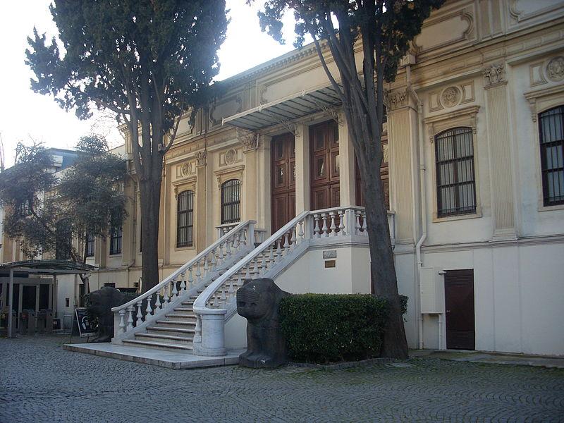 Sanayi-i Nefise Mektebi (şimdiki İstanbul Arkeoloji Müzesi'nin ana giriş kapısının karşısındaki ilk binası, günümüzde Eski Şark Eserleri Müzesi) (Mart 2013)