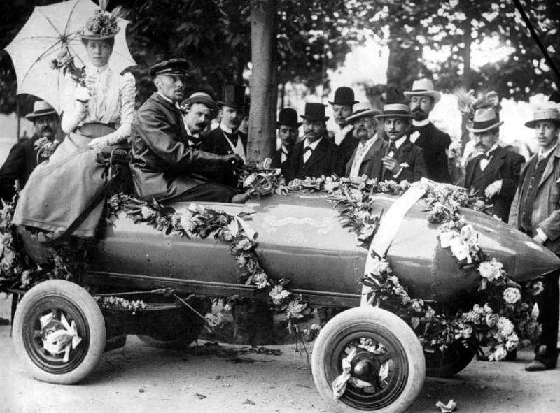 Camille Jenatzy'nin elektrikli otomobili Jamais Contente hız rekoru kırdıktan sonra çiçeklerle süslenmiş olarak