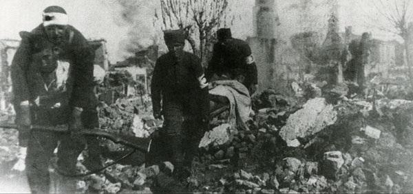 Yunan birliklerinin geri çekilirken yaktığı bir Türk köyünde sıhhiyeciler yaralıları taşıyor (Ağustos 1922).